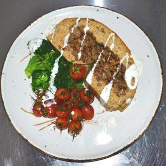 Gevuld brood met cherrytomaat, broccoli en yoghurtdressing